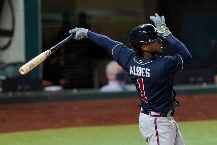 Ozzie Albies van de Atlanta Braves slaat een homerun