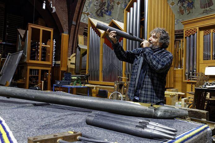Rochus van Rumpt is begonnen aan de restauratie van het kerkorgel in Den Dungen.