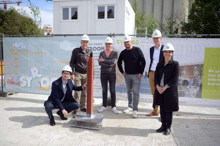 Burgemeester Mohamed Ridouani (sp.a) mocht de eerste steen leggen van de nieuwbouw van eerstegraadsschool Stroom aan de Vaartkom. Rechts schepen van Onderwijs Lalynn Wadera (sp.a).
