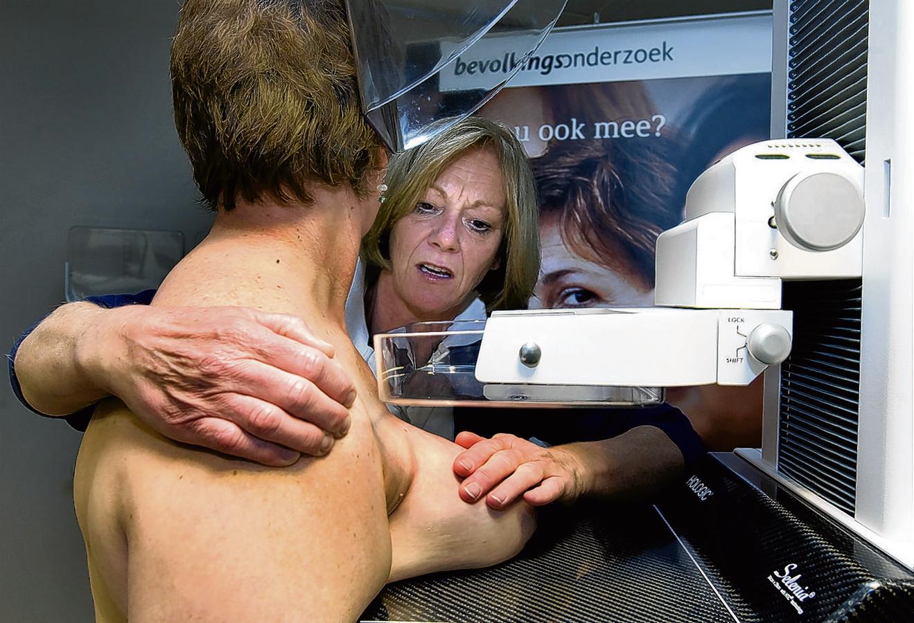 Een vrouw laat een mammografie maken van haar borsten