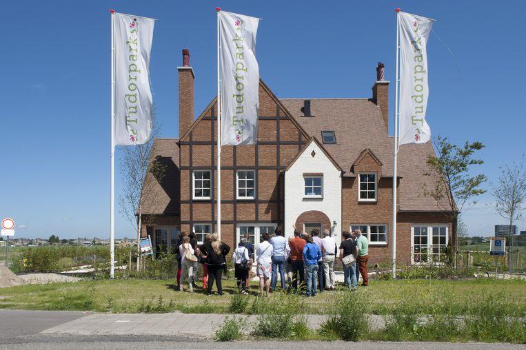 Een groep geïnteresseerden bekijkt een woning in Hoofddorp. Volgens de Raad voor Leefomgeving en Infrastructuur is de situatie op de woningmarkt onhoudbaar. Beeld null