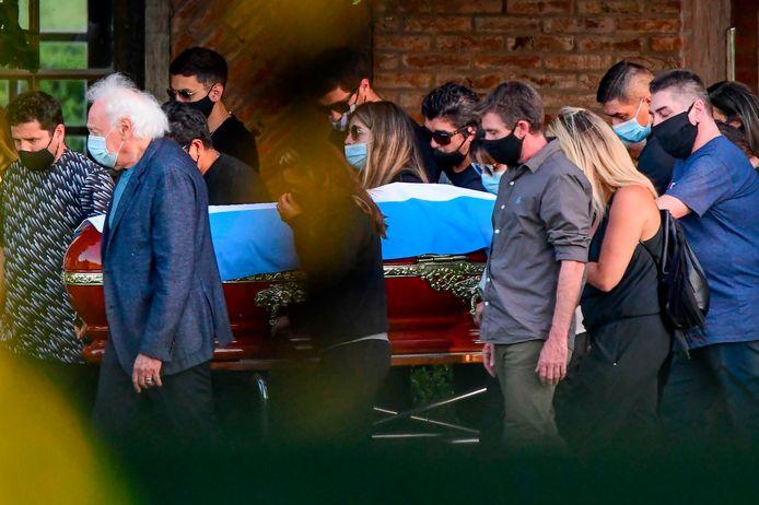 Familieleden en vrienden naast de kist van Maradona in Buenos Aires.