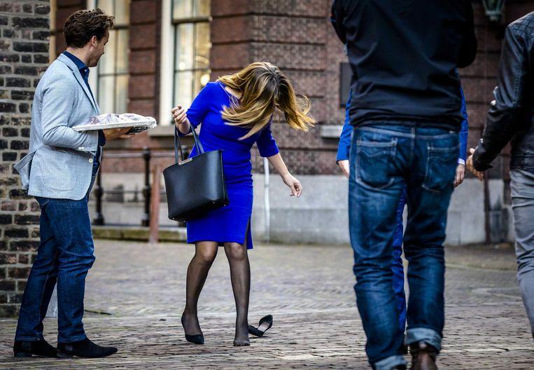 Carola Schouten verliest haar schoen op het Binnenhof. Beeld null