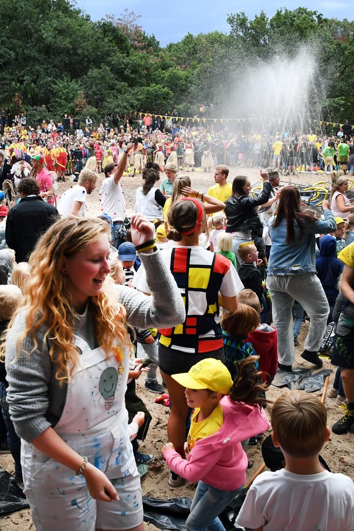 Afsluiting zomerspelen in de Bergen met een water kampvuur veel muziek en vrolijke dans.