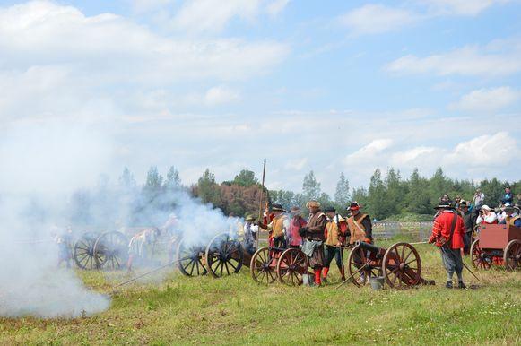 De kanonnen weerklinken luid tijdens het historisch spektakel 'Ninove 1692' op Doorn Noord.