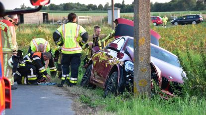 Nagelnieuwe auto botst tegen paal:  bestuurster lichtgewond