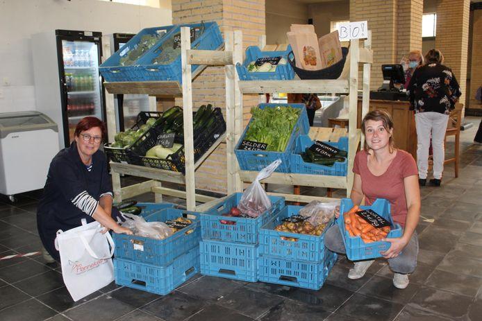 Isa Moerenhout en Riet Konings van Obra Baken, begin juli bij de opening van het winkeltje.