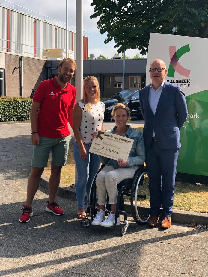 V.l.n.r. Kalsbeek-docenten Jitse Veerman en Lieke Lafleur en locatiedirecteur Han Koebrugge overhandigen de cheque aan Esther Vergeer.
