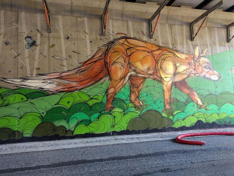 Kunstenaar DZIA bracht muurschilderingen aan op de brugpijlers van het ecoduct.