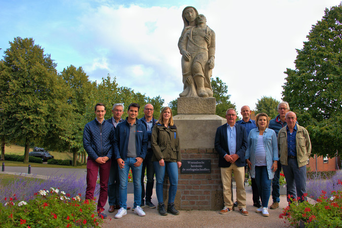 De organisatoren van de 21e Gezinsfietstocht van de gemeente Woensdrecht bij het Bevrijdingsmonument. De route voert langs historische locaties uit de Slag om de Schelde.
