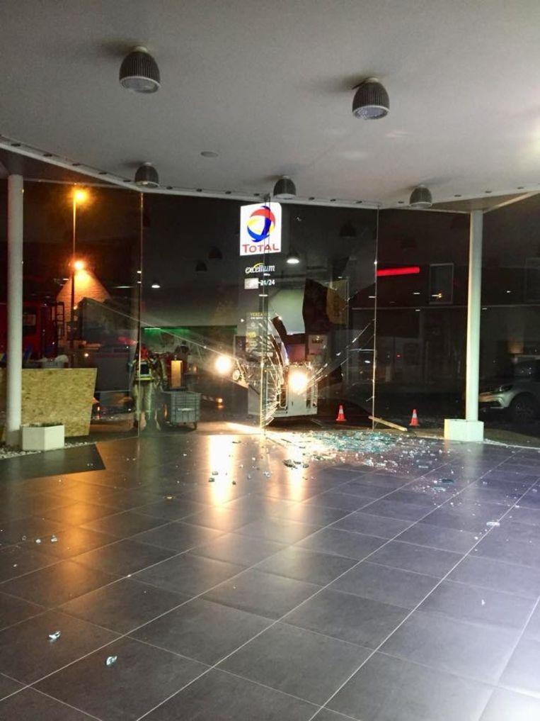 Het glas lag verspreid over de vloer van de showroom.