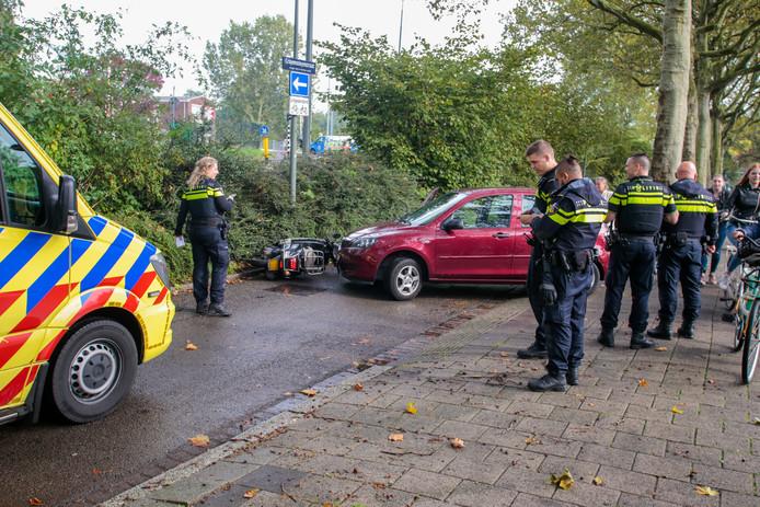 De bestuurster van de scooter is na de botsing nagekeken door ambulancepersoneel.