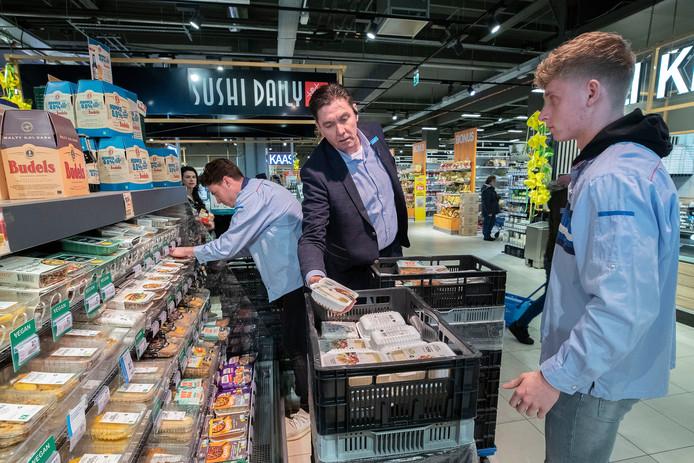 Supermarktmanager Bert van Brakel van de AH XL aan de Limburglaan in Eindhoven aan het werk in zijn winkel.