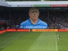 Supporters steunen clubicoon Theo Vergeer met megaspandoek