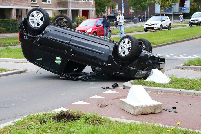 De automobilist kon op eigen kracht uit de auto komen en had geen letsel opgelopen.