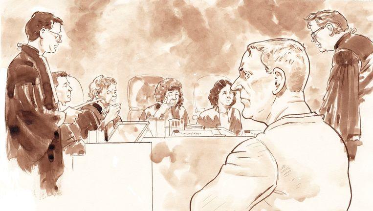 Dick Vrij (op de voorgrond) moest gisteren voor de rechtbank verschijnen. Rechts zijn advocaat Nico Meijering. Beeld ANP/Aloys van Oosterwijk