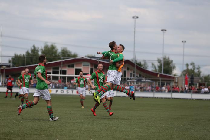 Joery Verbeek (l) springt na zijn doelpunt tegen Vitesse Delft (3-1) in de armen van zijn ploeggenoot Michiel Draaisma. Verbeek besliste met zijn treffer het duel.