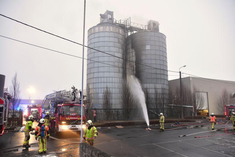 De brandweer koelde de silo af waarin de brand woedde.