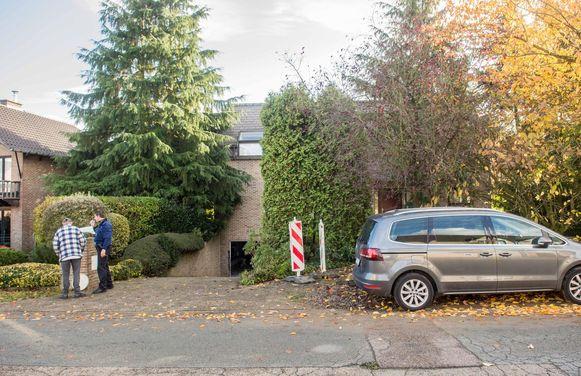 Na het bevrijden van de man werd de wagen terug op de oprit langs de straatkant geparkeerd.