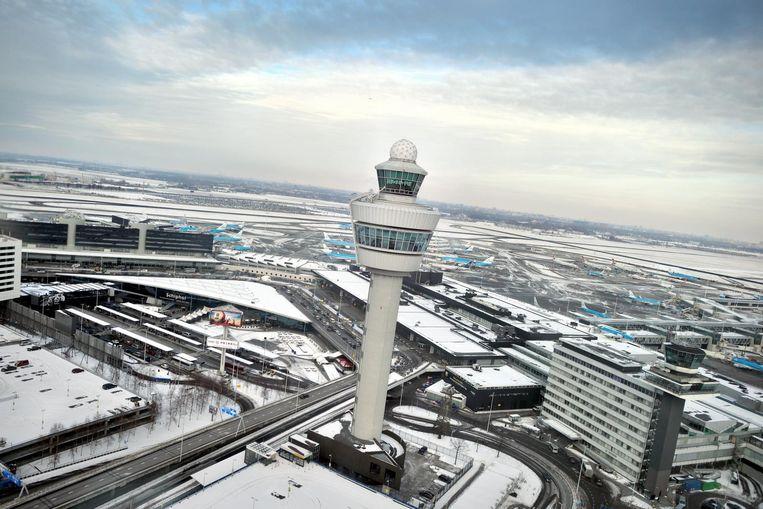 De luchtverkeerstoren van Schiphol. Beeld Joost van den Broek / de Volkskrant