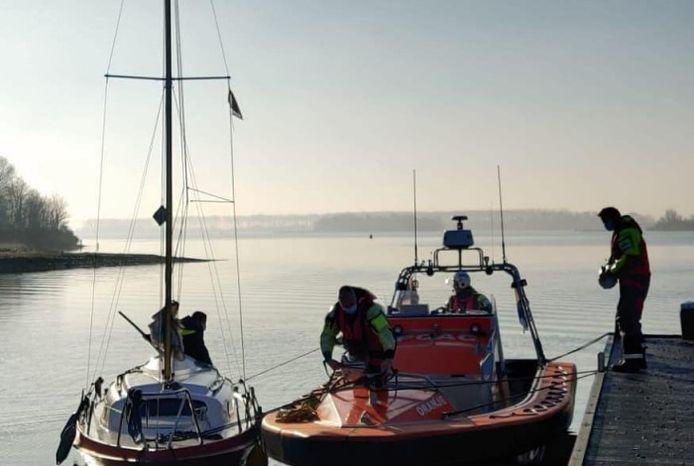 Reddingswerkers van de KNRM hebben de zeilboot naar de haven gesleept.