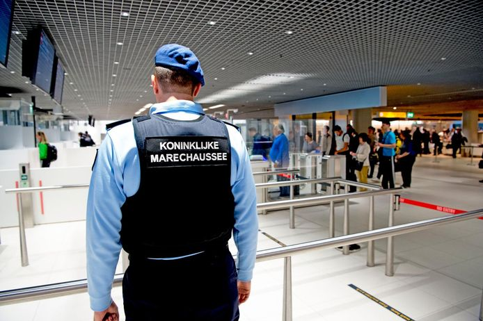 De Koninklijke Marechaussee op Schiphol Airport. De Marechaussee is belast met de beveiliging en handhaving op de internationale luchthaven.