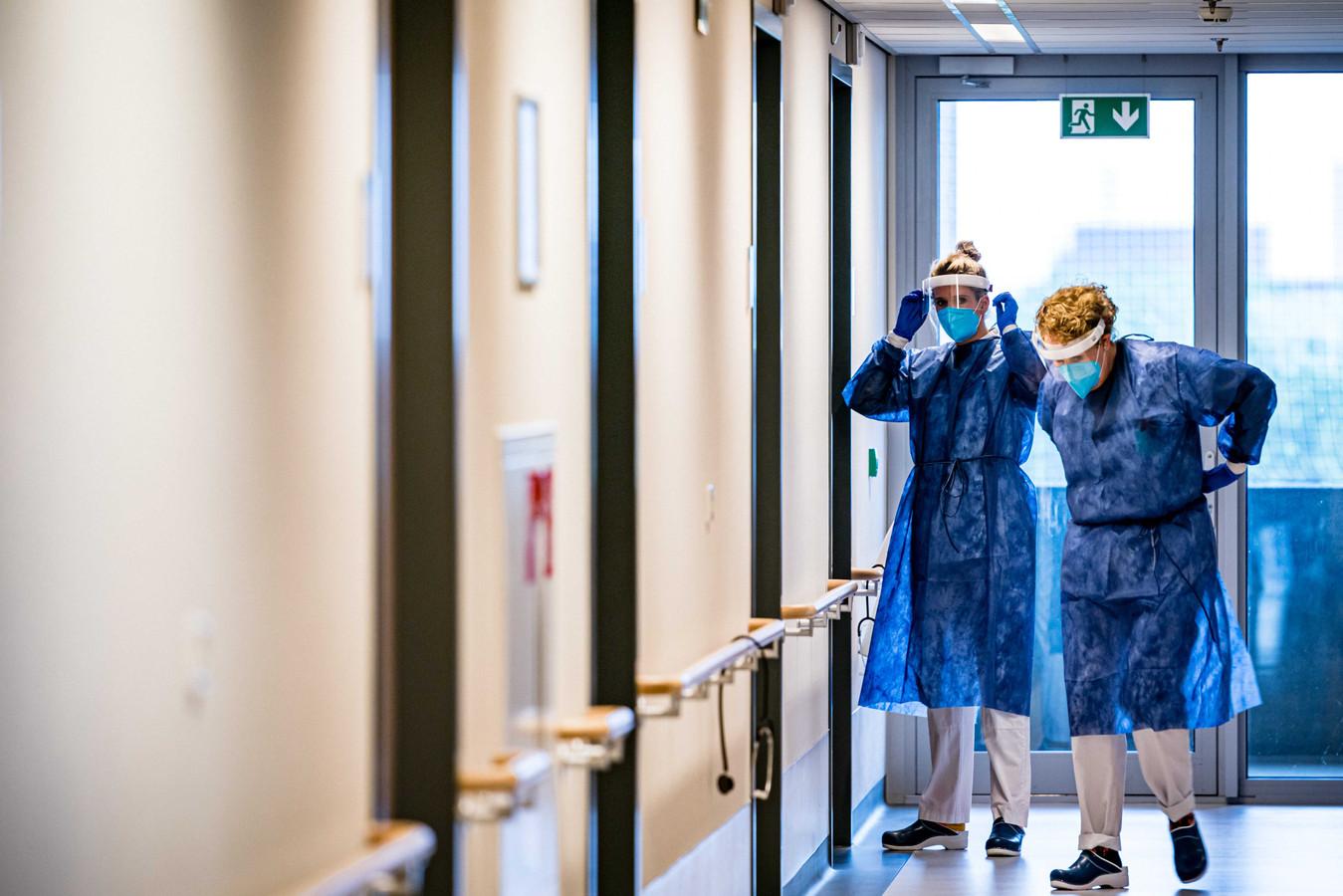 Verplegend personeel op de cohortafdeling van het Catharina Ziekenhuis.