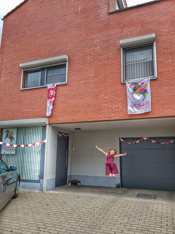 Ook in straten rond Dendermonde werd gevierd om het Ros Beiaard. In Sint-Gillis springt Lin alvast een gat in de lucht.