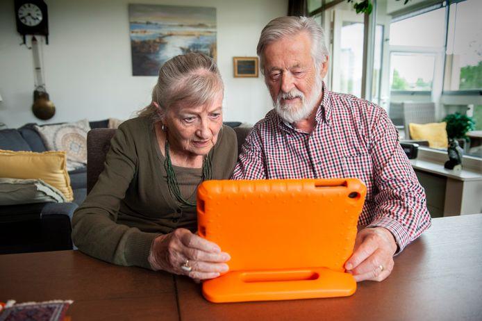 Gérard en Resi Beukers achter de speciale tablet