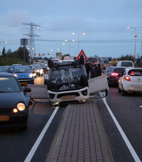 Auto belandt op dak na aanrijding met meerdere voertuigen op Wippolderlaan