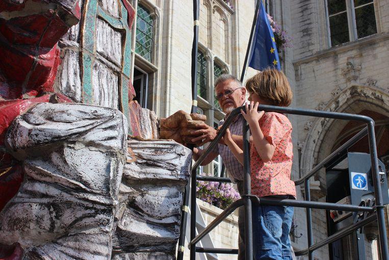 Kunstenaar Achiel Pauwels bij de herstelling van het Sinterklaasbeeld in juli 2014.