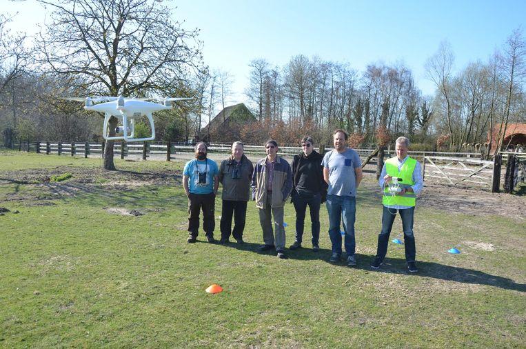 Dietrich Heiser (in fluohesje) lanceert de drone op een weide achter het bezoekerscentrum van het Molsbroek.