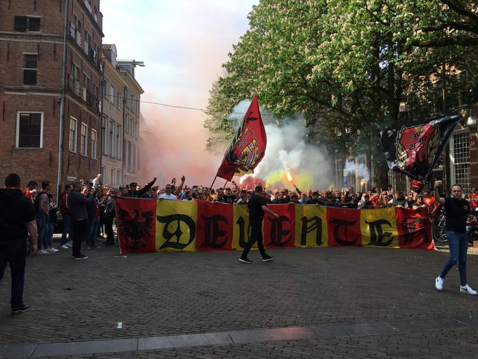 De stoet met GAE-aanhangers bij de start van de corteo.  Er werd gezongen, gescandeerd en er steeg rode en gele rook op: de clubkleuren van de Deventer ploeg.