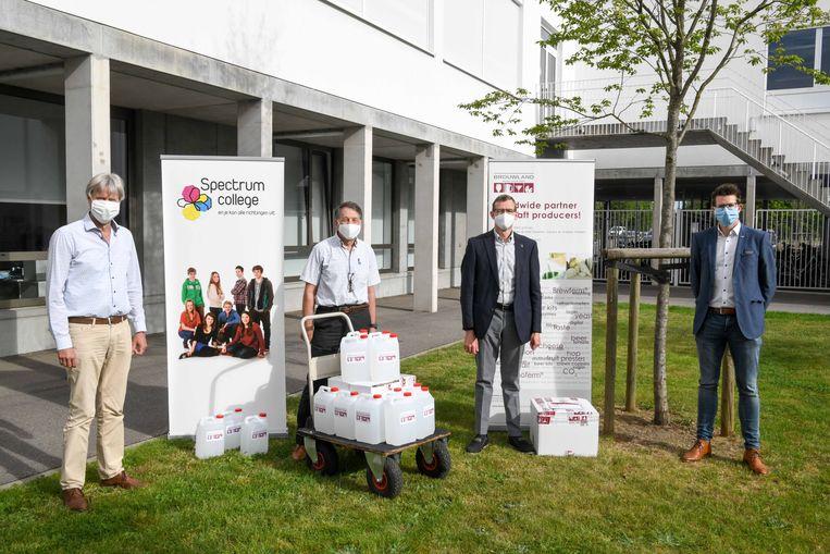 De eerste flesjes werden geschonken aan Marc Robben, voorzitter van het gefusioneerde schoolbestuur KOBeL.