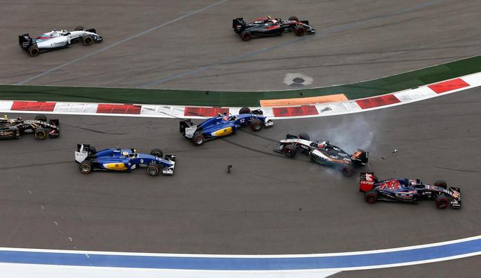 De crash van Verstappen in 2015.