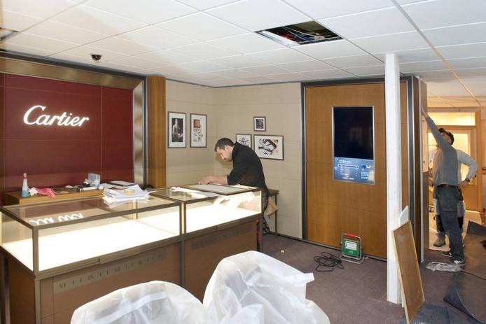 Bij Juweliershuis Aalbers werd de voorbije weken flink geklust. foto Marc Pluim