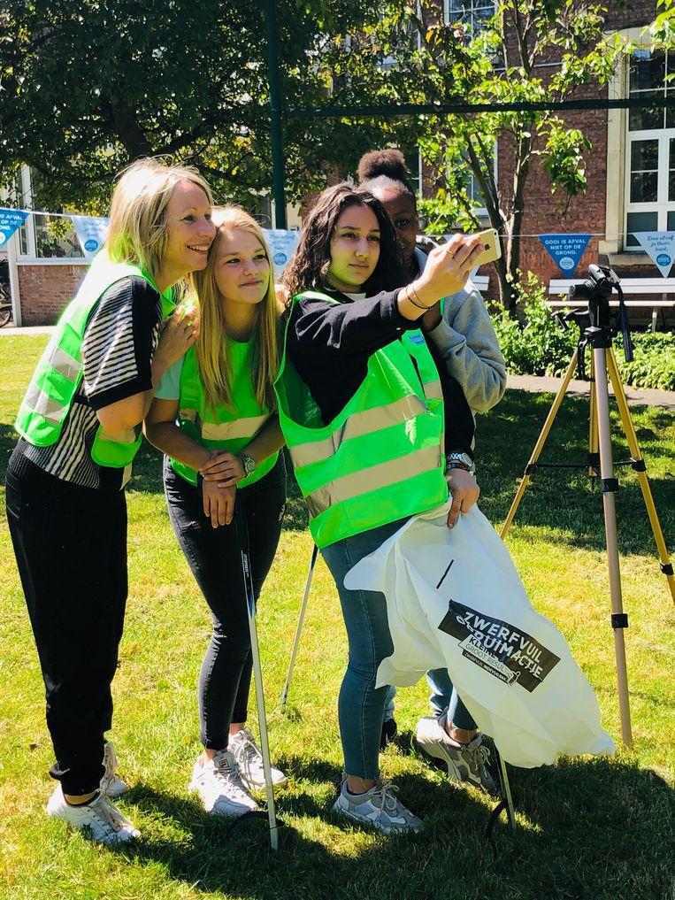Ellen Ongena van Ekobie tijdens een opruimactie in samenwerking met een school in Gent.