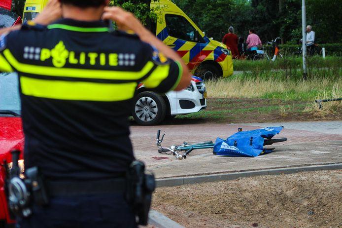 Een fietser is gewond geraakt aan het hoofd bij een aanrijding met een auto in Zutphen. Het slachtoffer is per helikopter naar het ziekenhuis vervoerd.
