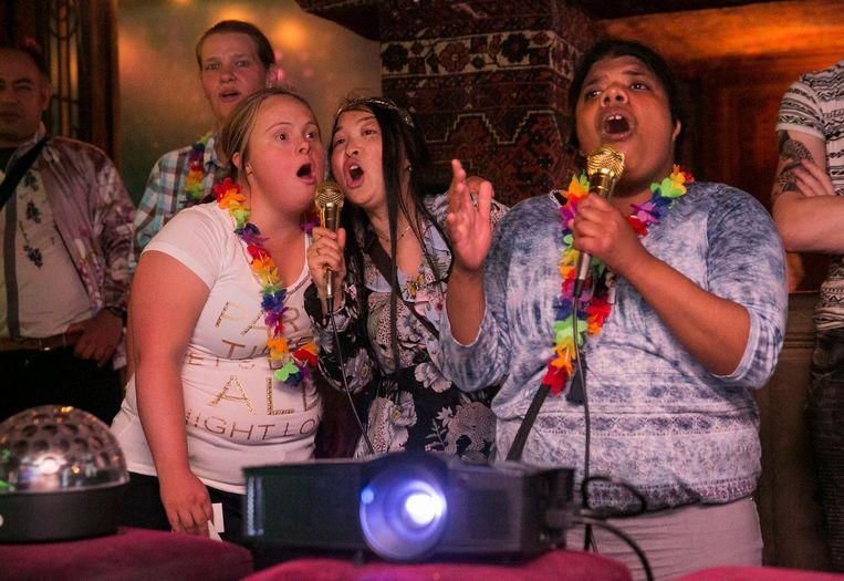 Dhammika (rechts) zingt My haert will go on van Celine Dion. Huisgenoten Sara (links) en Yangdan (midden) vormen het achtergrondkoor Beeld Amaury Miller
