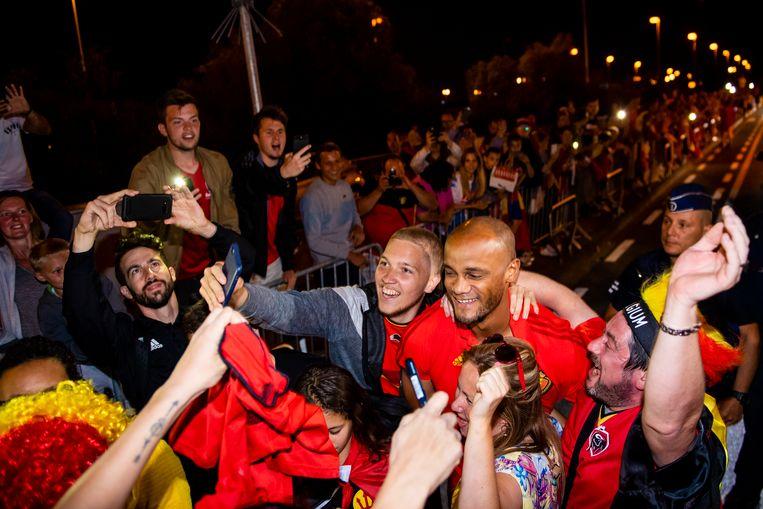 Vincent Kompany gaat met uitgelaten fans op de foto.