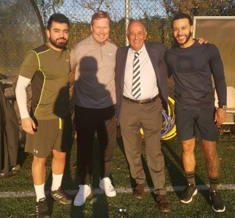 Ronald Koeman (tweede van links) op bezoek bij Memphis Depay (geheel rechts).  Beeld Instagram Villa Stuart