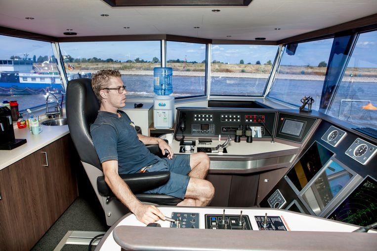 Kapitein Jim Haakman houdt in het stuurhuis de dieptemeter goed in de gaten . Beeld Maarten Hartman