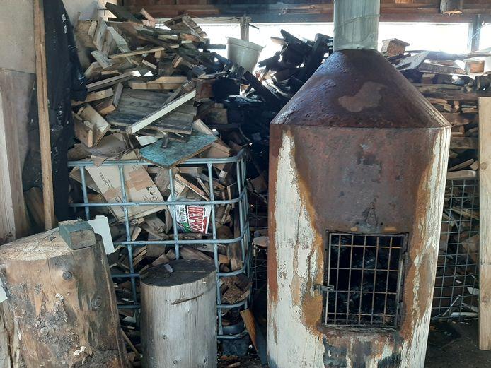 Zwartgeblakerde houtstukken herinneren aan het brandje van even daarvoor.