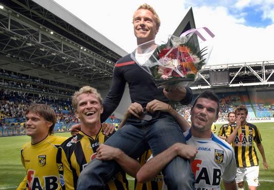 Ruud Knol ging bij zijn afscheid als speler op de schouders door GelreDome.