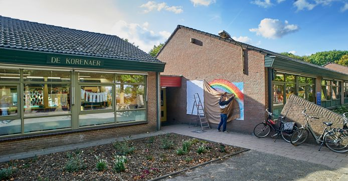 Kunstenaar Bart de Ruijter pakt zijn muurschildering in voor de onthulling tijdens de herdenking van de Korenaer vandaag.