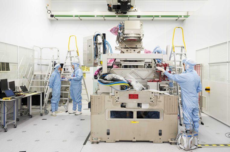 Werknemers in de stofvrije ruimte, de zogenaamde cleanroom, waar de chips worden gemaakt van chipmachinefabrikant ASML. Het bedrijf is gevestigd in het Nederlandse Veldhoven (Noord-Brabant).