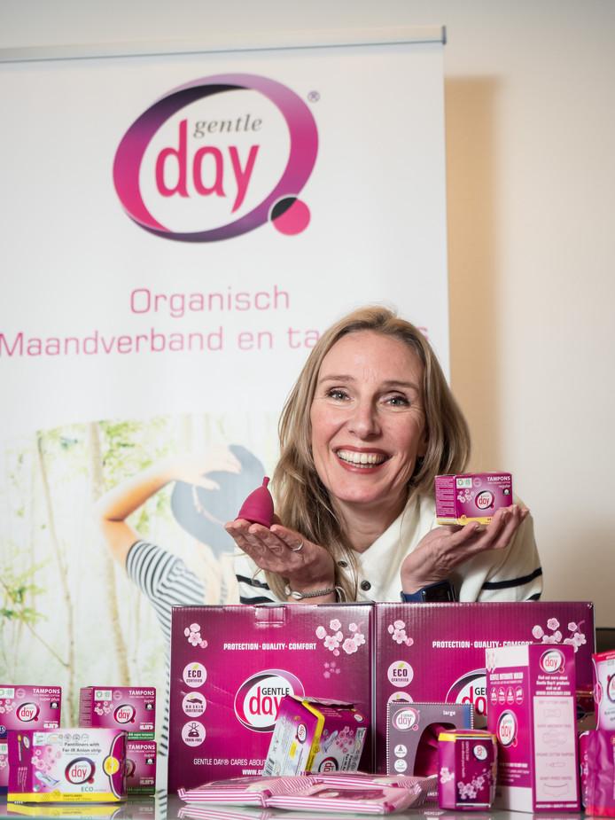 Katja Kortenbroek met haar organische producten. Links toont ze het cupje, dat dé vervanger van tampon en maandverband zou moeten worden.