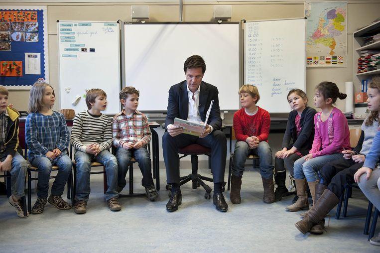 Premier Mark Rutte leest tijdens Het Nationale Voorleesontbijt voor in de klas bij de Haagse Schoolvereninging. Beeld ANP