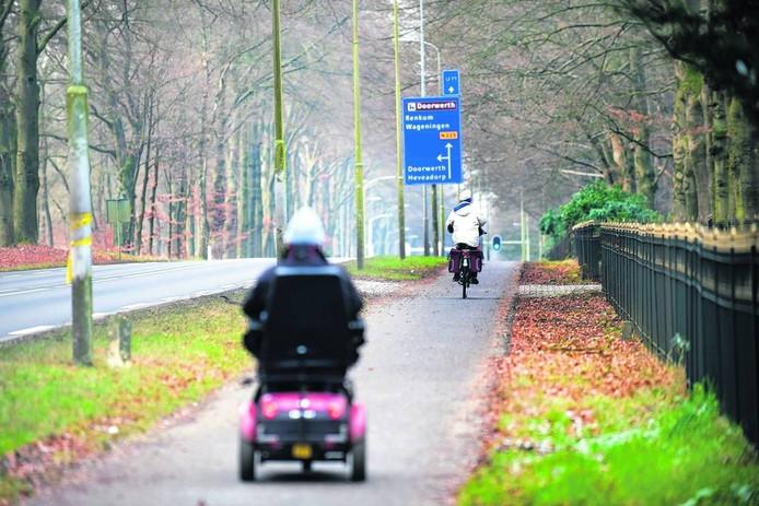 et fietspad aan de noordkant van de Utrechtseweg wordt opgeheven. foto Marina Popova