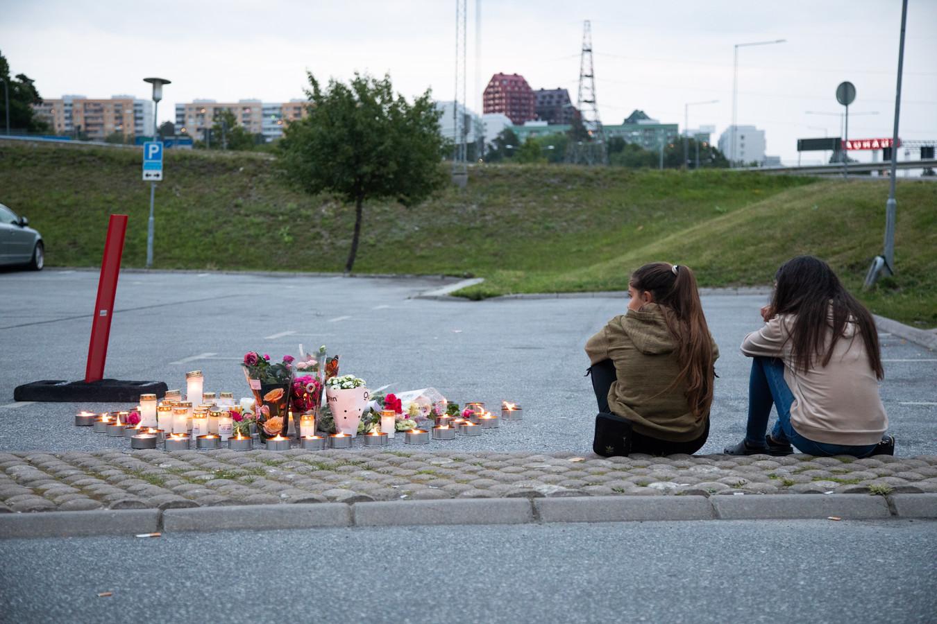 Twee leeftijdgenootjes van het slachtoffer bij de plaats delict.